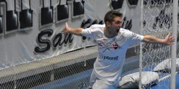 ¡El héroe! Pato Cattaneo anotó el gol que posibilitó a Newell´s llegar a los puestos de ascenso directo.