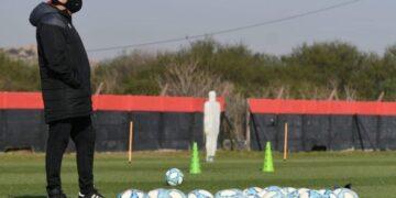 El entrenador planifica su nuevo equipo. Foto: @canoboficial