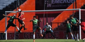 Manuel Capasso ganó en las alturas y anotó su primer tanto en Newell's. Créditos: CANOB Oficial.